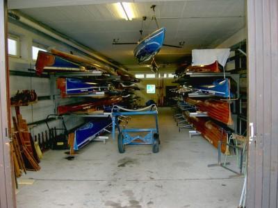 Die linke Bootshalle mit unserem wackeren Wägelchen...