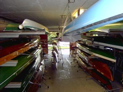 """Blick """"von hinten"""" in die rechte Bootshalle. Im Bild die Boote des Schüler-Rudervereins."""