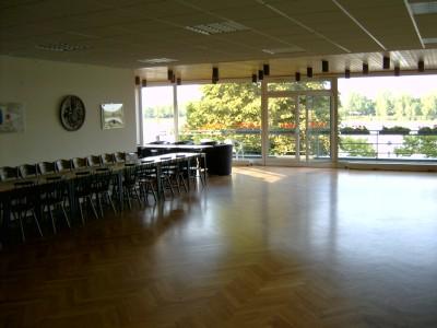 Der große Saal mit Blick auf die Fensterfront zum Rhein.