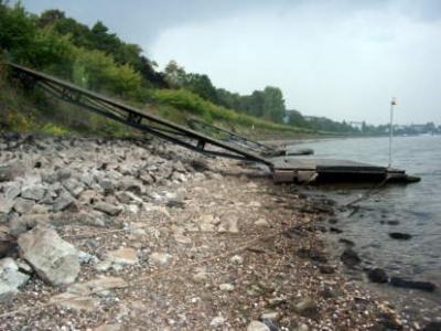 Unser Steg bei extremem Niedrigwasser (90 cm)